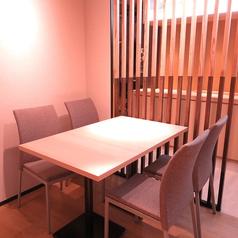【テーブル4名様×4卓】落ち着いた空間が広がる店内は、少人数でもゆっくりとした時間をお楽しみいただけます。