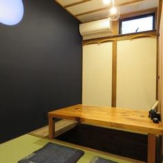 掘りごたつ半個室席にはそれぞれ名前が。桂浜の名がついた部屋の壁には月が浮かぶ…。