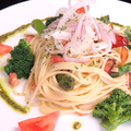 料理メニュー写真にんにく、サーモン、アスパラのペペロンチーノ