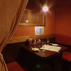 周りを気にせずじっくりお酒が楽しめる半個室は人気です。