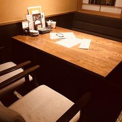 2~5名様で使えるテーブルのお席は、靴を脱がずに楽々楽しめます。こちらは完全個室と半個室になる場合がございます。
