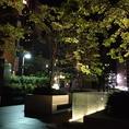 緑あるビルの奥に、癒しの空間