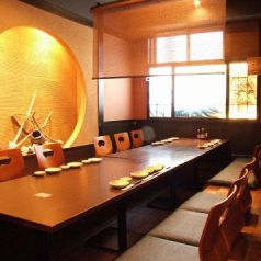 雰囲気のいい個室パーティ席。自分たちだけの空間を楽しめます。個室は3名様~全24部屋。10名様の宴会要個室もあり