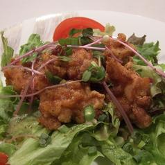 料理メニュー写真若鶏のから揚げサラダ仕立