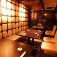 4~12名様でお使いいただけるテーブルの半個室をご用意。人数に応じてフレキシブルに仕切ることが可能です。壁一面にデコレートされた白のオブジェは、桜島の溶岩をイメージしたもの。ほのかに香る鹿児島テイストが粋な、シックな雰囲気の空間です。
