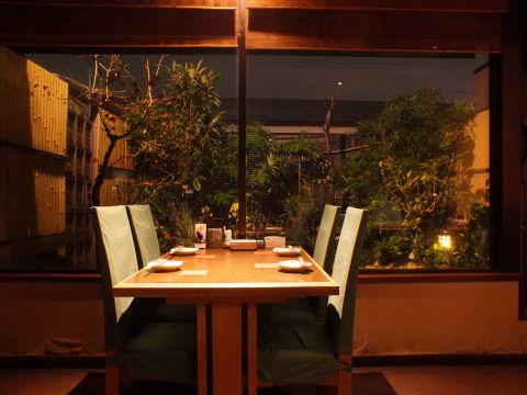 暖かい照明と中庭