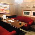 赤いソファーとシャンデリアのあるVIP個室です。4~6名様の利用に最適です。リッチな気分になりたい女子会にもどうぞ!もちろん大切な方のもてなしにも使えます。