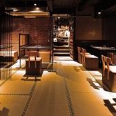 【1F席】畳のお席に和のテーブル、和の椅子を設置しております。照明も調光しており良い雰囲気の中でご飲食していただけます。