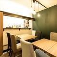 大人気のテーブルは店内奥に位置しており背もたれのあるタイプのお席です。予約必須ですのでお早めに(^^♪