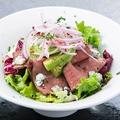 料理メニュー写真アンガス牛 ローストビーフとアボカドのサラダ ゴルゴンゾーラ風味