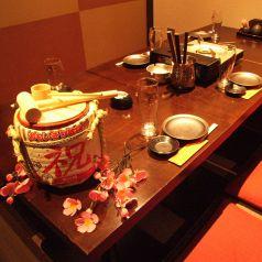 仕切りをつけて4名様までご利用可♪最大12名様までご利用いただけるので仲間内での飲み会や女子会、合コン、接待、会食など様々なシーンでご利用ください!!当店では新鮮な海鮮料理をはじめ、各種逸品料理とも相性抜群な日本酒や焼酎などドリンクも豊富にご用意いたしておりますのでお酒好きの方もぜひお越しください!