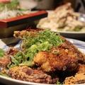 料理メニュー写真若鶏の唐揚げ~門外不出の秘伝のソース。本陣特製ピリ辛ソースで!!~