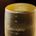 【山盛りスパークリングワイン】ManSun名物のひとつ!表面張力のギリギリ…限界まで注ぎます!なみなみと入ったグラスに、テンションも高まります!当店料理との相性も抜群ですので、ぜひそのマリアージュもお楽しみください。