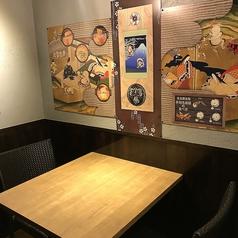 会社帰りの一杯や気軽なデートにも最適なお席◎壁の絵にもこだわっているので、是非見てみてください♪