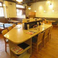 【テーブル席】お一人様でも歓迎のカウンターのようなテーブル席になります◎