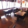 少人数から大人数まで対応可能なテーブル席がございます。26名までの貸切対応もできますので、お店までお問い合わせください。