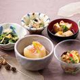 季節のおばんざいです。旬の食材満載です。お好みで3種類、5種類の盛り合わせも出来ます。2~3名でお召上がりになれます。職人が手間隙かけた京町家自慢のおばんざいを、是非、ご賞味ください!