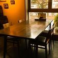 入口横の窓に面した大きなテーブル。小パーティーに!!