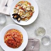 """【ランチはカプリで】本格ピッツァやパスタをランチでも楽しめる♪店内はおしゃれで落ち着いた空間になっています。デートや女子会・お子様連れなどシーンを問わず愉しめるのも嬉しい!また、お値段はリーズナブルですが、味は本格的♪""""また食べたい""""と思わせるメニューがたくさん。ランチで本格イタリアンの味をどうぞ。"""