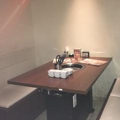 4名様席!デートや宴会等広々した店内なのでさまざまな場面でご利用いただけます!嬉しいソファ席です