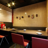 ★テーブル席★(宴会向き)半個室のようにお使いいただけるお席は、8名様までお座りいただけますので仕事帰りの食事会や仲良しグループでの飲み会などにぴったり。シックなカラーが落ち着きある空間です。