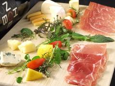 料理メニュー写真イタリア産生ハムとチーズの盛合せ/10種のチーズ盛り合わせ