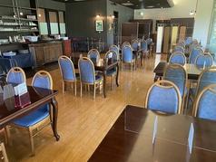エントランスから見て左側のレストランフロア。広々とした空間に、きれいに整えられたテーブル席が並んでいます。パーテーションで仕切って半個室にするのも◎ランチやディナーに、お気軽にご利用ください。もちろん、忘年会や新年会など、大人数での宴会も大歓迎!最大50名様までの貸切利用も可能です。