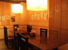 暖色照明が落ち着きのある雰囲気テーブル席