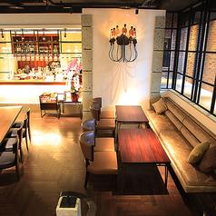 芸術作品や照明が飾られた開放的なレストランフロア。最大30席までございます。