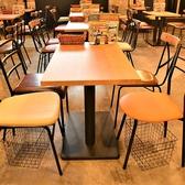 【テーブル席】ホールに広がるテーブル席。テーブルを連結することができるので、6名様や8名様など様々な人数にも対応可能です!