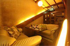 屋根裏を改造した様な隠れ家的空間