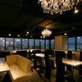 広い店内には、眺めが最高のカップルソファ席や最大10名様まで対応の夜景の見えるVIP個室・宴会にぴったりの扉付き個室など、様々なニーズに対応できるお席がございます。