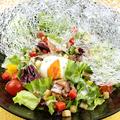 料理メニュー写真きのことベーコンの温玉シーザーサラダ