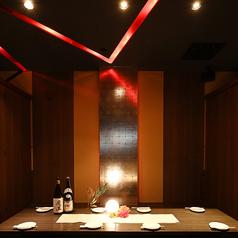 数々の有名店を手がけてきた空間デザイナーがプロデュース!店内は落ち着いた大人の雰囲気で、ごゆっくりおくつろぎいただけます。会社宴会などにもピッタリ!