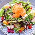 料理メニュー写真10種類のフルーツ&グリーンを使ったデトックスサラダ