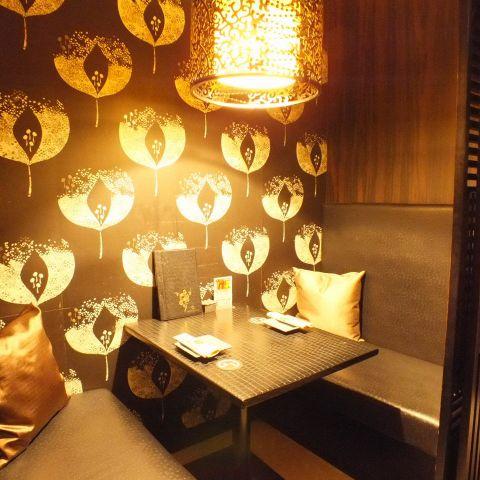 ソファの質感、照明や壁にこだわった対面2名様個室