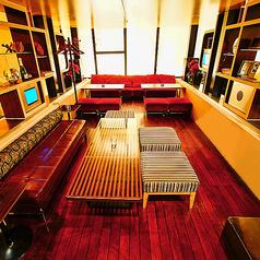 中規模な飲み会や宴会にも対応できるテーブル席。開放感のあるデザイナーズ空間で特別なご宴会をお愉しみ下さいませ。