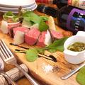 料理メニュー写真サーロイン(200g)の炭火焼き パルミジャーノチーズとサルサベルデ