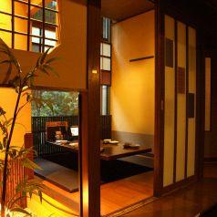 中庭の見える個室で。店内から臨む景色も、三間堂のお味を引き立てるポイントです!