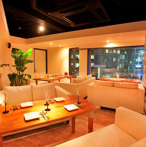 ゆったりソファや個室でくつろぎながら海鮮とイタリアンを贅沢にコラボした料理を堪能