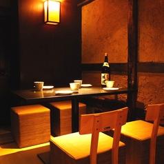 畳のお席に和のテーブル、和の椅子を設置しております。照明も調光しており良い雰囲気の中でご飲食していただけます。