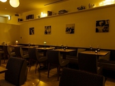 ディナータイムのレストランスペース。自然派ワインとともに美味しいお料理をお召し上がりください。
