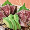 料理メニュー写真黒毛和牛の炙り刺しとアボカド刺身