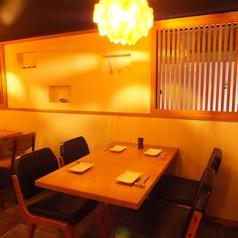 【2名~4名様テーブル】インテリアにこだわったスタイリッシュでお洒落な店内は、デートや記念日のお祝いにも最適です。