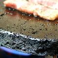 溶岩焼とは?溶岩を加工したプレートを加熱しお客様の手で色々な食材を焼いていただきます。肌荒れ、夏バテ、疲労の防止に効果的です。