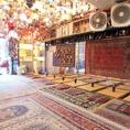 床に座って食事をいただく本格的な中東スタイルで、本場の味と雰囲気をお楽しみください!