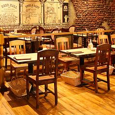 店内中央にも2名様用の角テーブルが2卓ございます。