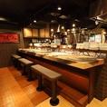 【カウンター】オープンキッチンから見える職人の技をご覧になってください。会社帰りのちょい飲みやデート、ご友人とのお食事は、当店カウンター席がおすすめ。お酒は日本酒や焼酎、ワインにカクテルと多彩にご用意☆当店自慢の創作和食と美味しいお酒で、美味しく楽しいひと時をお過ごしください。