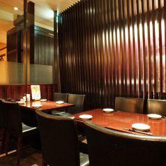 黒を基調とした落ち着いたテーブル席。中人数でのご利用が便利◎お食事会、女子会、ご友人との飲み会などにご好評をいただいております。