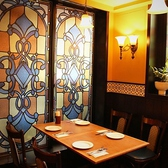ステンドグラスが目を引くテーブル席。落ち着いてお食事されたい方に。